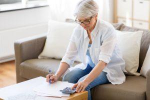 femme âgée calculant sa pension de réversion