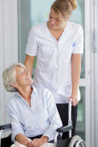infimière s'occupant d'une femme âgée