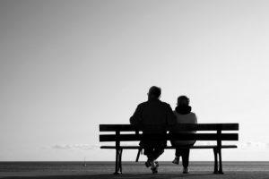 couple de personnes âgées en bord de mer
