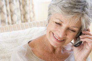 personne âgée au téléphone avec un organisme de retraite